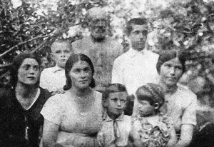 Сидят (слева направо): Антонина, Ада, София (крайняя справа). Стоят: сын Ады Эдуард Сикора (крайний слева), Казимир (крайний справа). Хутор Дембицкого. Предположительно 1936 год