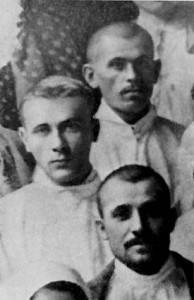 Студент-медик М. Булгаков среди выздоравливающих пациентов и среднего медицинского персонала лазарета. 1915 год