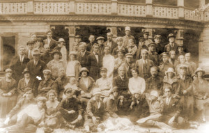 М. А. Булгаков (отмечен белой стрелкой) и Т. Н. Лаппа (третья слева в верхнем ряду в белой шапочке и белом широком шарфе) среди актеров театра во Владикавказе. Предположительно 1919 год