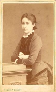 Курсистка. Фотографическая карточка второй половины XIX века