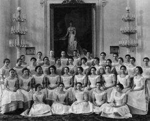 Воспитанницы Смольного института. Фотографическая карточка