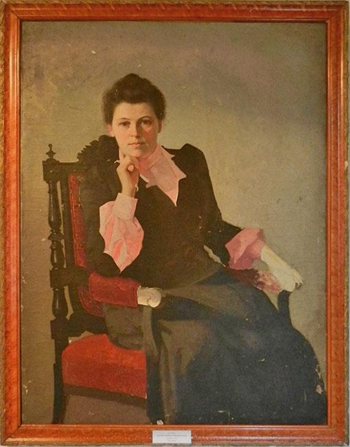 Портрет женщины в розовой блузке