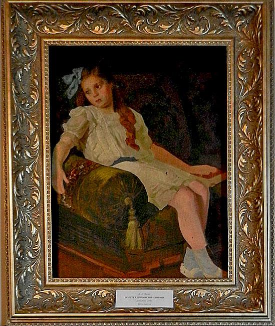 Портрет девочки на диване