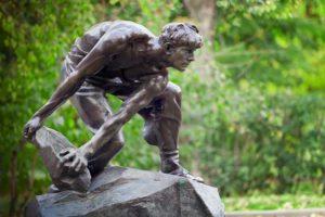 Бронзовая копия скульптуры И. Шадра «Булыжник — оружие пролетариата» в Парке Декабрьского вооружённого восстания 1905 г. Москва