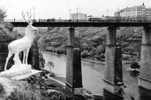 Новоплановский мост. В долине, слева, видна дорога, ведущая к мазанке