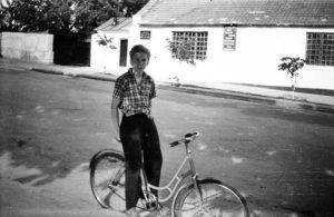 """Володя О-в  на фоне артели """"«Металлист». Фото Д. Ройзена. Начало 60-х прошлого века"""