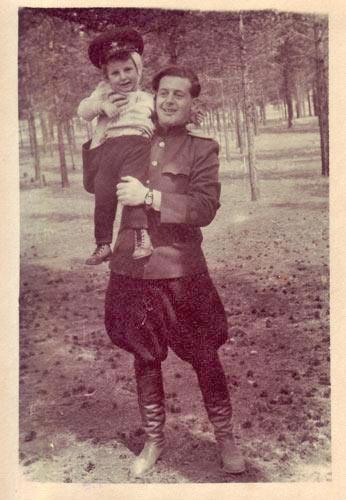 У отца на руках и в военной фуражке