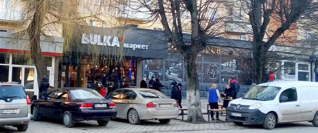 Каменец-Подольский. Пандемия. Кофе на вынос. Фото Д. Ройзена. 2021 год