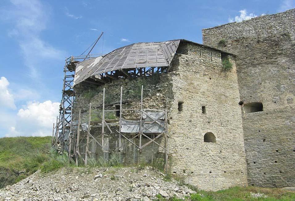 Это не август 1672 года, а август 2014 года. Новая западная башня на реставрации после обрушения 2011 года. Автор фото spqr1 Сержант