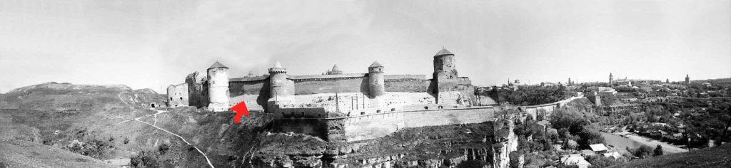 Стрелка указывает на крепостную стену между Лаской и Тенчинской башнями<br />