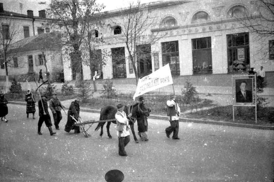 Каменец-Подольский. Праздничная демонстрация 7 ноября 195... года. Фрагмент